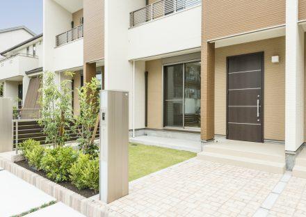 名古屋市名東区のメゾネット賃貸アパートの植栽のある玄関アプローチ