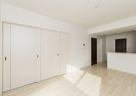 名古屋市熱田区の全室角部屋3階建て賃貸マンションの洋室との仕切りが閉められたリビングダイニング