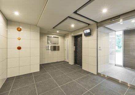 名古屋市千種区の賃貸マンションの防犯ディスプレイの付いたエレベータホール
