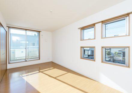 名古屋市名東区の戸建賃貸住宅の4つの窓がおしゃれな洋室の写真