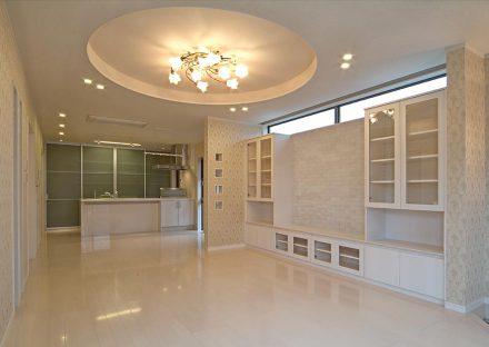 愛知県豊田市の注文住宅の天井のデザインが美しく広さのあるLDK