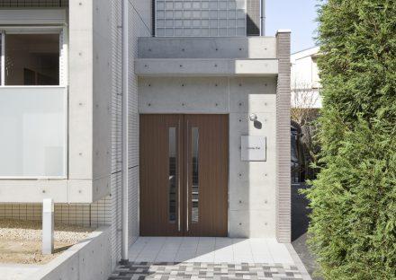 名古屋市天白区の2階建て賃貸マンションのエントランス上のおしゃれなガラス製ブロック