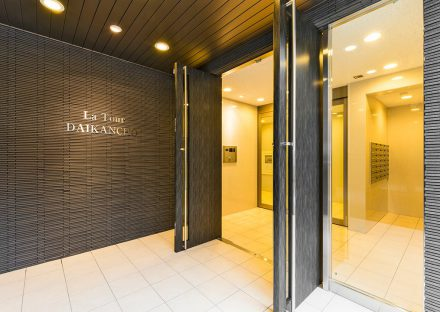 名古屋市東区の賃貸マンションの重厚感のあるドアの付いたエントランス