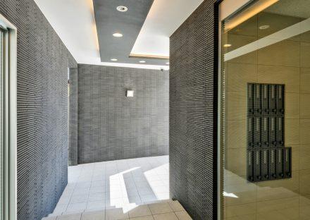 名古屋市天白区の3階建て賃貸マンションの縦型メールボックスが付いた高級感あるエントランスホール