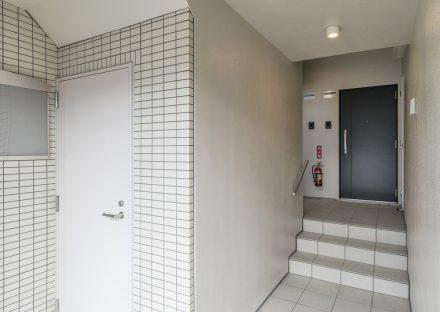 名古屋市熱田区の全室角部屋3階建て賃貸マンションのモダンなデザインのエントランスホール