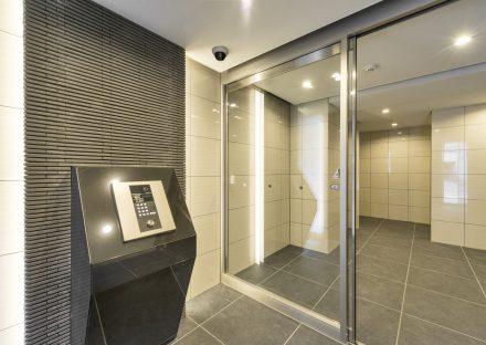 名古屋市千種区の賃貸マンションの白と黒モノトーンで高級感あるエントランスホール