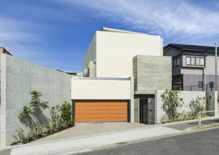 名古屋市瑞穂区のシャッター付きのインナーガレージのある注文住宅外観デザイン