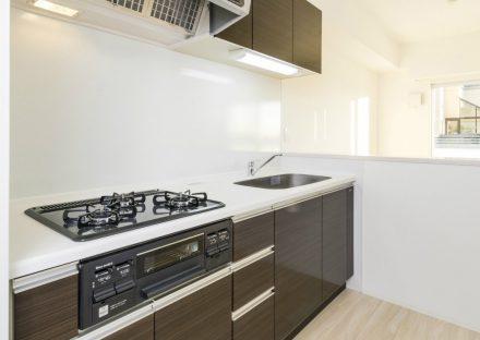 名古屋市名東区の賃貸マンションのダークブラウンの木目調のオープンキッチン