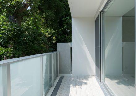 名古屋市天白区の賃貸マンションのフロアまでデザインされたモダンなバルコニー