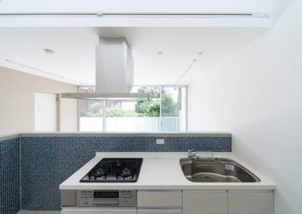名古屋市天白区の賃貸マンションの青のタイルがおしゃれなコンパクトなキッチン