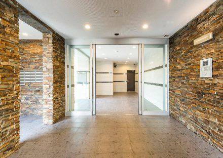 名古屋市名東区の賃貸マンションの石調の壁の明るいエントランスホール
