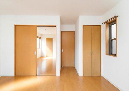 名古屋市天白区の賃貸戸建住宅のナチュラルスタイルの収納付き洋室