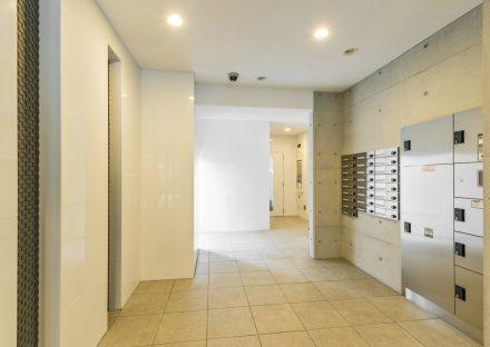 名古屋市西区の賃貸マンションの宅配ボックスとメールボックスあるスタイリッシュなデザインのエントランスホール