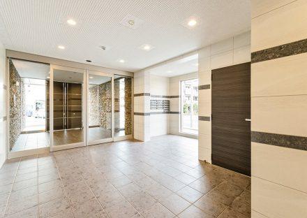 名古屋市名東区の賃貸マンションの光が入り明るいエントランスホール