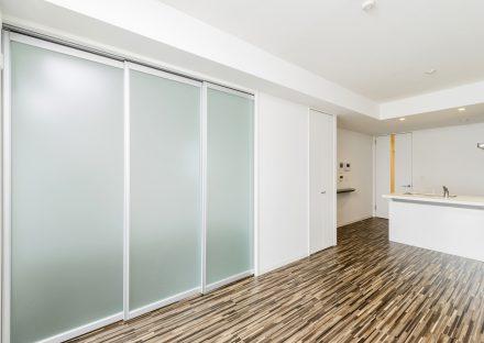 名古屋市西区の賃貸マンションの洋室とLDKの間の半透明の扉が閉まった状態