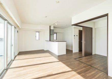 名古屋市名東区の賃貸マンションのダークブラウンの建具の窓が大きく明るいLDK