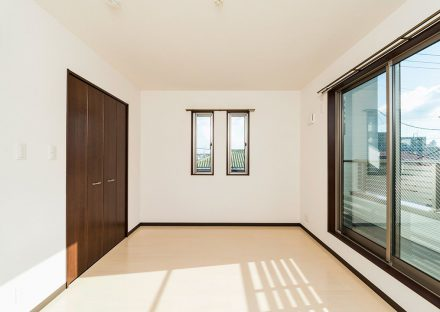名古屋市名東区のメゾネット賃貸アパートのバルコニー付きの明るい収納付き洋室