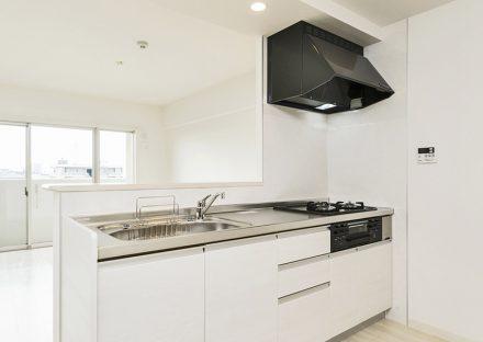 名古屋市名東区の賃貸マンションの明るい白色オープンキッチン