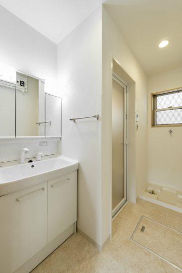 名古屋市南区の戸建賃貸住宅の窓付きの洗面室&室内洗濯機置場