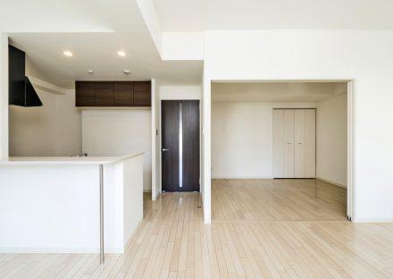 名古屋市名東区の賃貸マンションのキッチン後ろに棚のあるLDK&洋室
