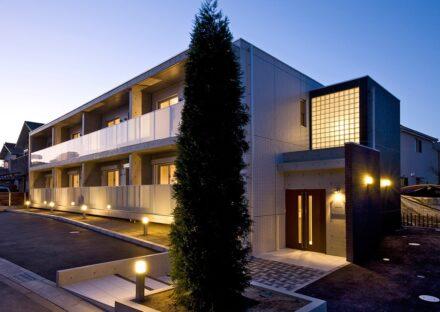 名古屋市天白区の2階建て賃貸マンションの光がきれいに映える外観デザイン