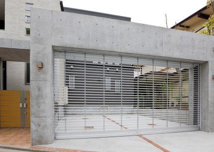 名古屋市東区の注文住宅のシャッターの付いたガレージ