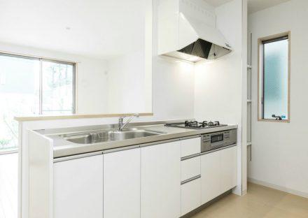 名古屋市名東区のメゾネット賃貸アパートの横に棚の付いた明るいオープンキッチン