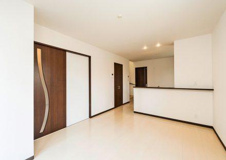 名古屋市名東区のメゾネット賃貸アパートのモダンなデザインのドアの付いたLDK