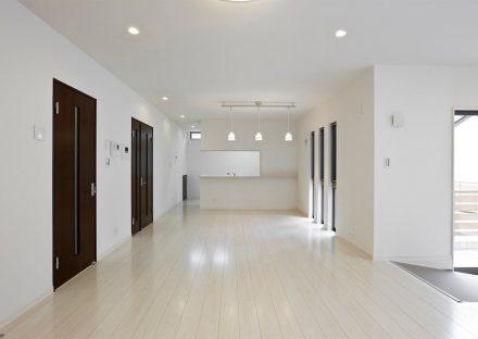 名古屋市東区の注文住宅の床を白、建具をダークブラウンと、コントラストを高くし、モダンなイメージのLDK