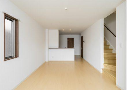 愛知県長久手市のメゾネット賃貸アパートの階段が付いたナチュラルテイストLDK