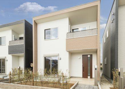 名古屋市南区のライトブラウンの植栽のある戸建住宅