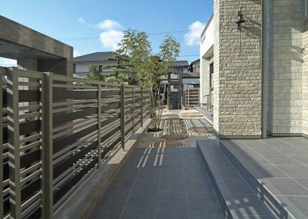 愛知県豊田市の注文住宅 庭へとつながるポーチ