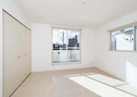 名古屋市名東区の戸建賃貸住宅の白色の収納付きの2階洋室