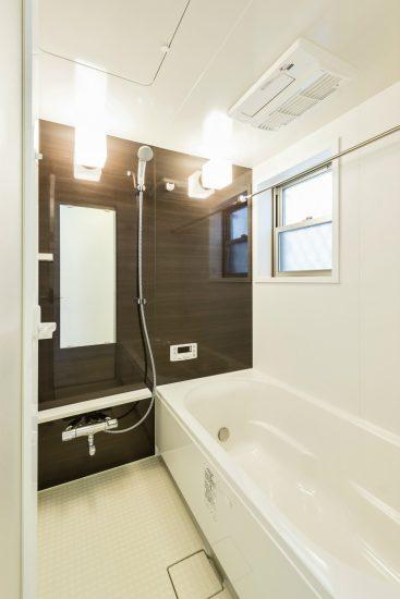 名古屋市南区の戸建賃貸住宅の窓付きの広々としたブラウンの壁のバスルーム