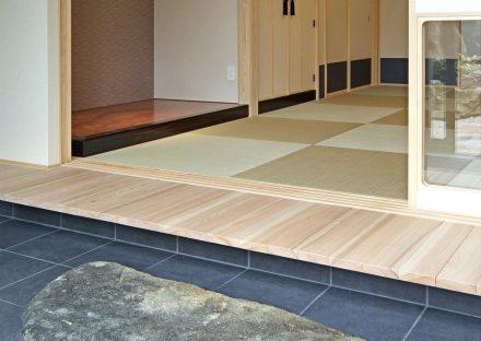 愛知県豊田市の注文住宅の土間からつながるモダンな和室の写真