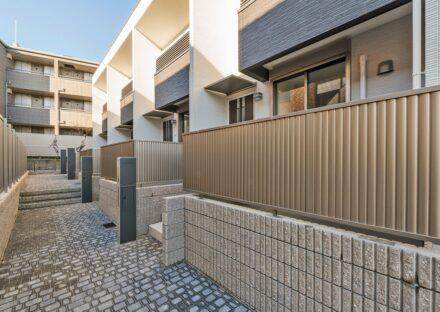 名古屋市名東区のメゾネット賃貸アパートのレンガ風のおしゃれな玄関アプローチ