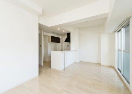 名古屋市名東区の賃貸マンションの白い壁と天井の明るいLDK