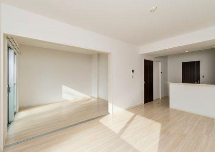 名古屋市熱田区の全室角部屋3階建て賃貸マンションのドアの色がアクセントカラーのリビングダイニング&洋室
