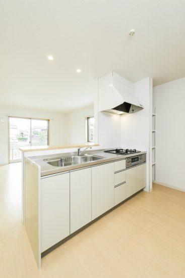 名古屋市南区の戸建賃貸住宅の明るい横に棚のあるオープンキッチン