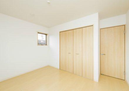 名古屋市南区の戸建賃貸住宅の小窓の付いたナチュラルカラーの洋室