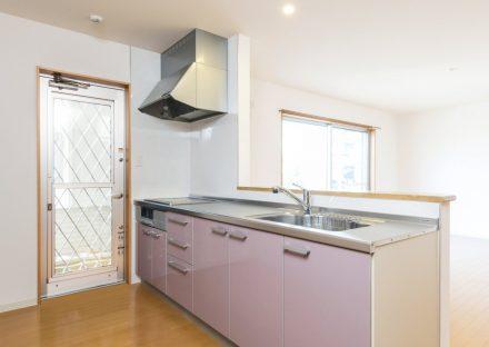 名古屋市名東区の戸建賃貸住宅のピンク色のオープンキッチン&勝手口
