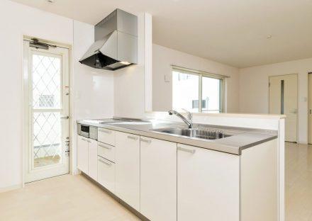 名古屋市名東区の戸建賃貸住宅の白を基調としたオープンキッチン&勝手口