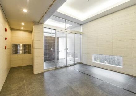 名古屋市名東区の賃貸マンションの間接照明と地窓で明るいエントランスホール