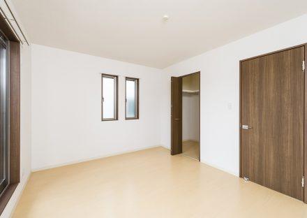 愛知県長久手市のメゾネット賃貸アパートのウォークインクローゼット付き洋室