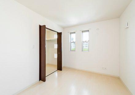 名古屋市天白区の賃貸戸建住宅のウォークインクローゼット付き洋室