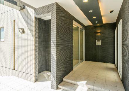名古屋市天白区の3階建て賃貸マンションのモノトーンのエントランス