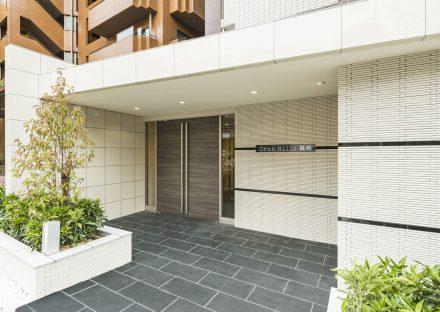 名古屋市千種区の賃貸マンションの植栽が多く高級感あるデザインのエントランス