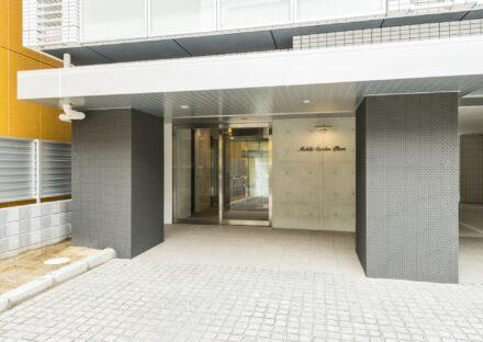 名古屋市西区の賃貸マンションの2本の柱がアクセントのモダンなデザインのエントランス