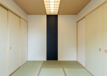 愛知県瀬戸市の平屋の新築注文住宅の中央にアクセントカラーのあるデザインの和室