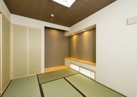 岐阜県大垣市の注文住宅のモダンな棚付きの和室写真
